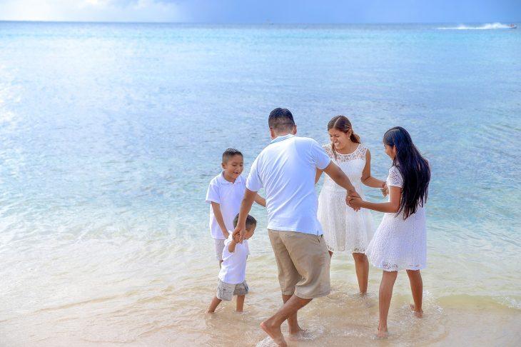 Famille en vacances à la plage