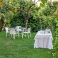 tables et chaises dans le jardin