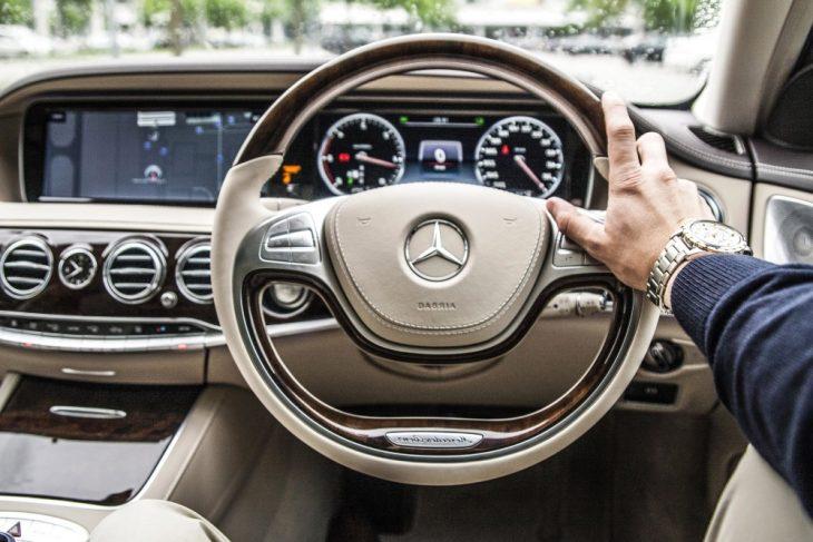 L'intérieur d'une voiture high-tech