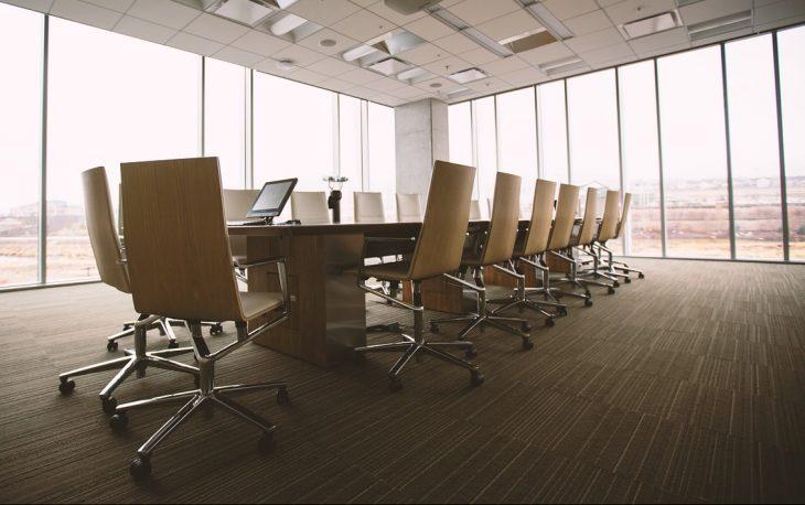 tables et chaises dans une entreprise