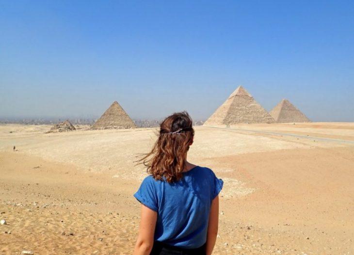 femme en vacances devant des pyramides